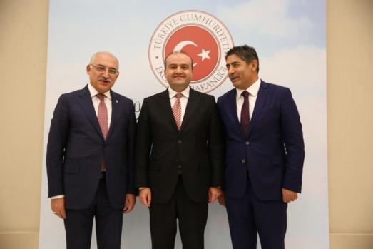 İşadamlarına ödüllerini Ekonomi Bakan Yardımcısı Fatih Metin, TİM Başkanı Mehmet Büyükekşi ile Avrupalı Türk Markalar Birliği Başkanı Cafer Mahiroğlu birlikte verdi.