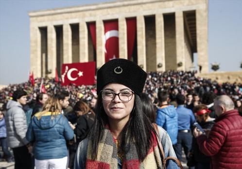 Türkiye Cumhuriyeti'nin kurucusu Büyük Önder Mustafa Kemal Atatürk, vefatının 79'uncu yılında Anıtkabir'de düzenlenen devlet töreniyle anıldı. Anıtkabir'deki tören, saat 8.45'te devlet erkanının Aslanlı Yol'da yürüyüşüyle başladı. Cumhurbaşkanı Recep Tayyip Erdoğan başkanlığındaki kortejde, Genelkurmay Başkanı Orgeneral Hulusi Akar, CHP Genel Başkanı Kemal Kılıçdaroğlu, Bakanlar Kurulu üyeleri, MHP Genel Başkanı Devlet Bahçeli, yüksek yargı organlarının başkanları, kuvvet komutanları, siyasi partilerin temsilcileri, bürokratlar ve diğer devlet erkanı yer aldı.  FOTOĞRAFLAR AA