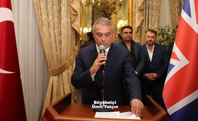 Londra Büyükelçiliğinde Cumhuriyet Bayramı Daveti  Cumhuriyetin kuruluşunun 96. yıl dönümü, Türkiye'nin yanısıra dış  temsilciliklerde de törenlerle kutlanıyor. Kutlamalar kapsamında, İngiltere'de Büyükelçi Ümit Yalçın bir resepsiyon verdi.  Türkiye Cumhuriyeti'nin kuruluşunun 96. yıl dönümü, Türkiye'nin yanısıra Avrupa'daki Türk büyükelçilikleri tarafından düzenlenen kabul törenleriyle kutlandı. İngiltere'nin başkenti Londra'da, Büyükelçi Ümit Yalçın'ın ev sahipliğinde büyükelçilik ikametgahında yabancı misyon şeflerinin de davetli olduğu bir resepsiyon verildi. Salı akşamı düzenlenen törende Cumhurbaşkanı Recep Tayyip Erdoğan'ın 29 Ekim Cumhuriyet Bayramı mesajı okundu. Büyükelçi Yalçın'ın kutlamaları kabul ettiği törende, Türk mutfağının seçkin lezzetleri ikram edildi. Resepsiyona, İngiliz diplomasi, basın ve iş çevreleri ile ülkedeki yabancı misyonların temsilcilerinin yanı sıra İngiltere'deki Türk toplumunun temsilcilerinin oluşturduğu kalabalık bir davetli grubu katıldı. İlginin yoğun olduğu davette, büyükelçi Yalçın ve eşi yabancı ve Türk konuklarını iki grup halinde ağırladı. Kuzey Kıbrıs Türk Cumhuriyeti Londra Temsilcisi, Büyükelçi Oya Tuncalı, Türkiye'nin Londra Başkonsolosu Çınar Ergin, Askeri Ataşeler, büyükelçilik çalışanları, İngiltere'de yerleşik Türk sivil toplum kuruluşlarının temsilcileri, Kıbrıs Türk toplumu temsilcileri ile iş, sanat çevrelerinin katıldığı davette yoğunluk dikkat çekti. Davetliler arasında yer alan gazeteci Ayşe Arman, resepsiyona katılan konukların ilgi odağı oldu. Özellikle hanım konuklar Armanile birlekte fotoğraf çektirdi. BÜYÜKELÇİ İKİ ÜLKE İLİŞKİLERİNİ ANLATTI Davette konuklara hitabeden Büyükelçi Ümit Yalçın, Türkiye ile İngiltere arasındaki ilişkilerde gelinen noktayı anlattı.