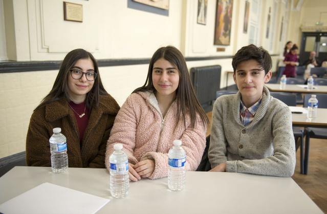 """İngiltere Türk Okullarıarası bilgi yarışması Londra'da yapıldı  İngiltere'nin başkenti Londra'da Türkiye'nin Eğitim Müşavirliği ve KKTC Londra Eğitim Ateşeliği tarafından öğrencilerin bilgi ve kültür seviyelerini artırmak için okullar arası bilgi yarışması düzenlendi. Merhum eğitmen Ali Rıza Değirmencioğlu anısına Wood Green bölgesindeki aynı adı taşıyan okulunda bu yıl 26'ıncısı düzenlenen """"Ali Rıza Değirmencioğlu Bilgi Yarışması"""" cumartesi günü gerçekleşti.   Toplam 10 Türk okulunun katıldığı yarışmada, Coventry Türk Eğitim Merkezi Okulu birinci oldu. Yarışmanın ikicisi ve üçüncüsü yedek soruyla belirlendi. Nottingham Türk Dili ve Kültür Merkezi Okulu yedek soruyu bilmesi üzerine ikinciliği elde ettiği yarışmada, üçüncülüğü ise Leicester Diyanet Eğitim ve Kültür Okulu öğrencileri aldı.  Yarışmanın birincisi Coventry Türk Eğitim Merkezi öğrencileri Demir Örer, Öykü Ada Akfırat ve Kübra Şeker'e ödüllerini Başkonsolos Çınar Ergin verdi.  HABER VE FOTOĞRAFLAR: HALİL YETKİNLİOĞLU"""