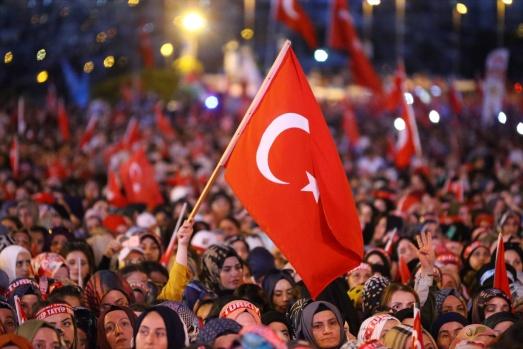 """Cumhurbaşkanı Erdoğan, Fetullahçı Terör Örgütü'nün (FETÖ) darbe girişiminin akamete uğratılmasının 2. yıl dönümünde 15 Temmuz Şehitler Köprüsü'nde düzenlenen """"15 Temmuz Demokrasi ve Milli Birlik Günü Buluşması""""nda halka hitap etti."""