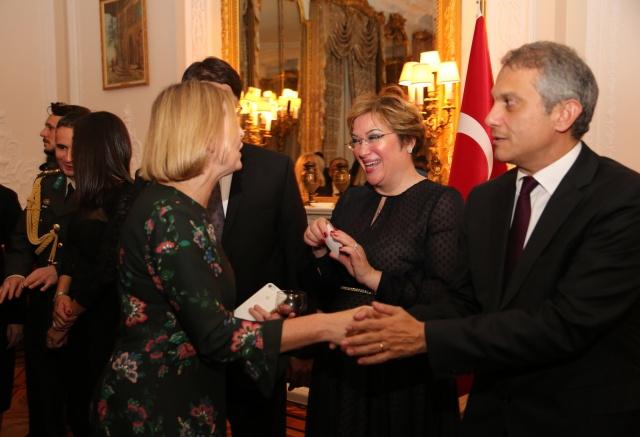 Türkiye Cumhuriyeti'nin kuruluşunun 95'inci yıldönümü, Londra'da da coşkuyla kutlandı. Londra Büyükelçiliği rezidansında verilen davete, 800'e yakın konuk katılarak, Cumhuriyet Bayramını kutladı.