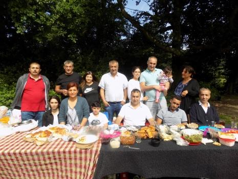 """BOZCA-DER  üyeleri 10 Haziran Debden Green, Loughton Essex bolgesinde düzenlenen piknikte bir araya geldi.   BOZCADER,  başkanı Mehmet Şar yaptığı konuşmada, pikniğe katılımın yüksek olduğunu ifade edilerek, """"Üyelerimiz arasında birlikberaberliği pekiştirmek ve dayanışma ruhunu yaşatmak içinetkinliklerimize yeni dönemde de devam edeceğiz. Toplumsalkulturu yasatmak icin etkinlikler düzenliyoruz. Pikniğe katılanve destek veren herkese teşekkür ederiz"""" dedi.  İngiltere Alevi Kültür merkezi ve Cemevi baskanı Hüseyin Üzüm, Cemevi başkan yardımcısı Mustafa Demir, Genel sekreter Savas Hurman aileleri ile birlikte pikniğe katılıp BOZCA-DER `lilerle birlikte güzel bir zaman geçirdiler.   FOTOĞRAFLAR: ERKAN HOŞAFÇI"""