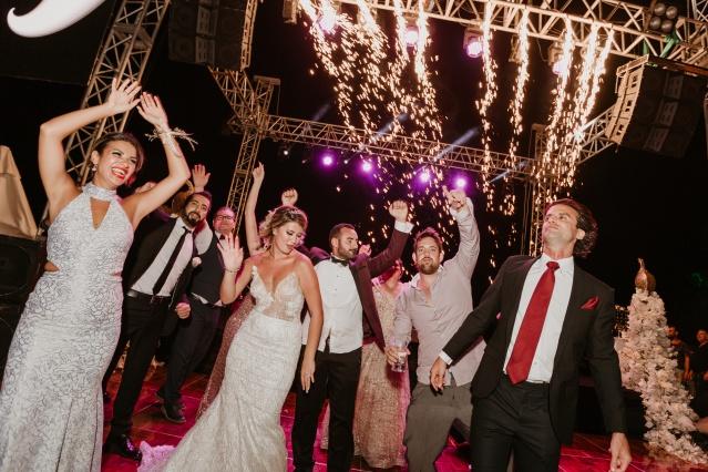 Akdeniz akşamlarının serinlediği günlerde yapılan düğünde hanımlar, birbirinden şık kıyafetleriyle dikkati çektiler.