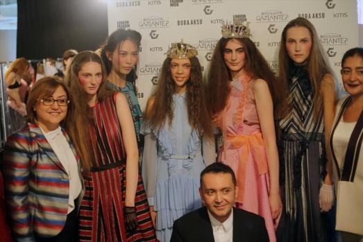 Gaziantep'in kutnu kumaşı Londra Moda Haftası'nda Gaziantep yöresine özgü kutnu kumaşı, Londra Moda Haftası'nda, Büyükşehir Belediye Başkanı Fatma Şahin'in de katılımıyla modacı Bora Aksu'nun hazırladığı defilede sergilendi.