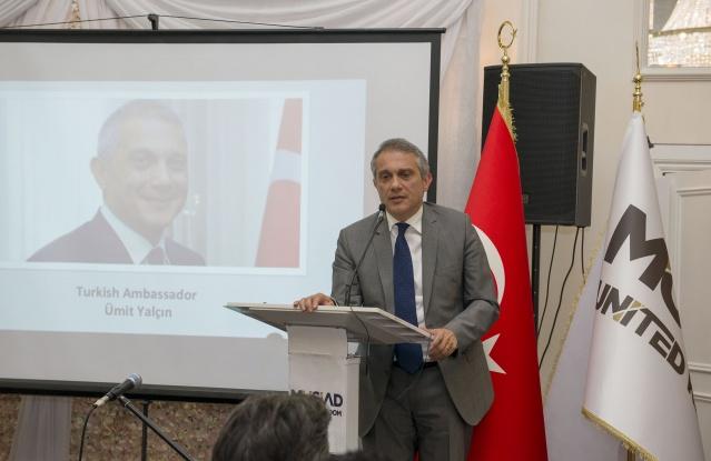 Türkiye'nin Londra Büyükelçisi Ümit Yalçın, iftarda yaptığı konuşmada, İngiltere'nin Avrupa Birliği'nden (AB) ayrılışı çerçevesinde tarihi anlar yaşandığını belirterek, hem İngiltere'nin bu süreçten güçlü bir şekilde çıkmasını hem de sonucun Türkiye ile ilişkilere olumlu yansımasını umduklarını söyledi. İngiltere ve Türkiye arasındaki ekonomik ilişkilerde geçen sene bazı zorluklara rağmen 20 milyar dolarlık bir ticaret hacminin yakalandığını kaydeden Yalçın, turizm açısından da parlak bir dönem geçirildiğini belirtti. Ümit Yalçın, Türkiye ve İngiltere arasındaki ilişkilerin her alanda iyi durumda olduğuna da vurgu yaptı.