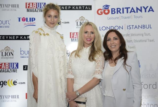 İngiltere'nin tarihi parlamento binası, 'Londra Moda Haftası' kapsamında ilk kez ünlü Türk modacı Zeynep Kartal'ın defilesine ev sahipliği yaptı. Zeynep Ober'in organizasyonuyla düzenlenen ve yaklaşık seçkin devatlilerin katılımı ile düzenlenen defilede Zeynep Kartal'ın 2017 İlkbahar/Yaz koleksiyonu'na ait 23 elbise, 13 manken tarafından sergilendi.   FOTOĞRAFLAR: HALİL YETKİNLİOĞLU