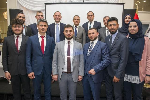 Müstakil Sanayici ve İşadamları Derneği'nin (MÜSİAD) İngiltere şubesi, İngiltere'nin başkenti Londra'da iftar programı düzenledi.  İftar Programına, Türkiye'nin Londra Büyükelçisi Ümit Yalçın, Başkonsolos Çınar Ergin, MUSİAD Avrupa Başkanı Burhan Sağlam, Muslim Council of Britain, Farklı siyasi partilerin Londra il meclis üyeleri, Türkiye'nin Londra Ticaret Başmüşaviri Süleyman Beşli, Din Hizmetleri Müşaviri Mahmut Özdemir, Yunus Emre Enstitü Müdürü Dr. Mehmet Karakuş, THY Müdürü Celal Baykal, TBCCI Direktörü Yavuz Sökmen, Avrupalı Türk Markalar Birliği Başkan Yardımcısı Vehbi Keleş, Milli görüş, IHH temsilcileri, Basın mensupları ile bir çok yönetici ve 15 Değişik STK, 300 aşkın işadamı (70 yabancı) ayrıca çok sayıda genç katılım gösterdi.   FOTOĞRAFLAR: HALİLYETKİNLİOĞLU