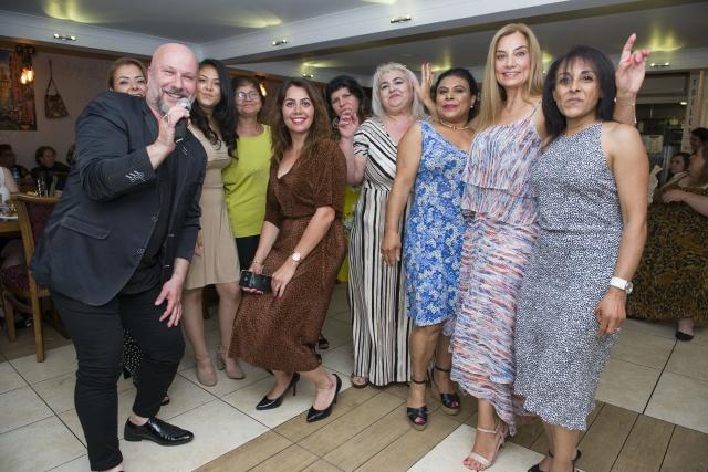 Kadınlar Eğitime Destek Yemeğinde Buluştu İngiltere'nin başkenti Londra'da, İngiltere Türk Aile Birliği, Ali Rıza Değirmencioğlu Türk Okulu tarafından eğitime destek etkinliği düzenlendi.  Yemekli eğlence etkinliğinden elde edilen gelir bünyesinde Türk Dili ve Kültürü eğitimi veren Ali Rıza Değirmencioğlu Türk Okulu'nun ihtiyaçları karşılanacak.   HABER VE FOTOĞRAFLAR: HALİL YETKİNLİOĞLU