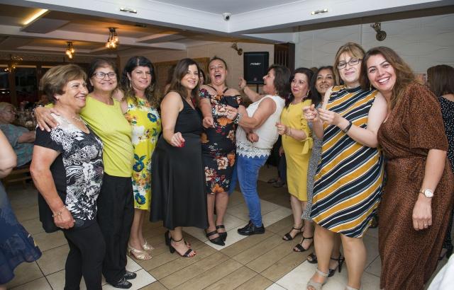 Okul öğretmenlerinden İbrahim Mani'nin müziği eşliğinde düzenlenen yemekli geceye yaklaşık 100 kadın katıldı. Yardım için birbirleriyle yarışan kadınlar bir yandan da gece boyunca birbirinden güzel şarkılar eşliğinde eğlendi.