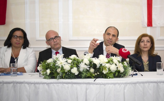 """KKTC Başbakan Yardımcısı ve Dışişleri Bakanı Kudret Özersay, Londra'da """"Yurt Dışı Kıbrıslı Türkler Projesini"""" tanıttı.  Kuzey Kıbrıs Türk Cumhuriyeti Başbakan Yardımcısı ve Dışişleri Bakanı Kudret Özersay, Londra'da """"Yurt Dışı Kıbrıslı Türkler Projesini"""" tanıtmak için düzenlediği toplantıda, bugüne kadar yurt dışındaki vatandaşlarına çok vaadlerde bulunulduğunu ve mahcup olduklarını belirterek, özür diledi.  HABER: MİHRİŞAH SAFA FOTOĞRAFLAR: HALİL YETKİNLİOĞLU"""