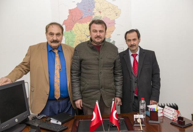 Kahramanmaraşlı TRT sanatçısı ve halk ozanı Hilmi Şahballı, Kahramanmaraş Belediye Başkanı Fatih Mehmet Erkoç, Kahramanmaraş Eğitim ve Kültür Derneği Başkanı Ali Kılınç (soldan- sağa).