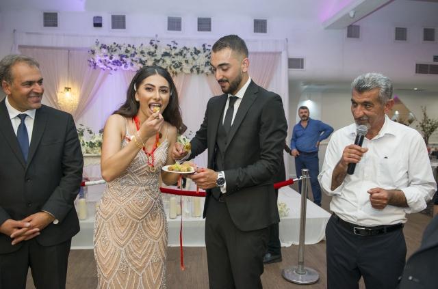 """DÜĞÜN GELECEK YIL NİSAN AYINDA Alevi kuruluşu çatısı altında tanışma ardından çok mutlu olduklarını belirten genç nişanlılar, """"Kısmet ise düğünümüz 17 Nisan 2020'de gerçekleşecek"""" dedi.  Britanya Alevi Federasyonu Başkanı İsrafil Erbil'in oğlu olan Ergin Erbil, Londra'da Türkiye usulü 'ilk' kuyumculuk geleneğini başlatan ve bugün ise 10'un üzerinde kuyumcu dükkanı sahibi olan Erbiller Kuyumculuk'un varisleri arasında yer almaktadır.  Nişan törenine katılan davetlileri kapıda karşılayan İsrafil- Belgin Erbil ve Hidayet- Gülizar Bingöl aileleri davetli konuklarla tek tek ilgilendiler.  Takı merasimi ise sadece 'yakın akraba grupları' arasında gerçekleşti."""