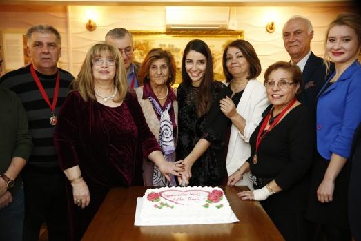 Öğretmenler hem çaldı hem söyledi İngiltere Türk Aile Birliği tarafından düzenlenen, Öğretmenler Günü kutlama etkinliğinde öğretmenler çalıp söyledikleri türkülerle eğlendiler. Londra'nın Enfield bölgesindeki Öncü Gaziantep Kitchen'da Cumartesi akşamı düzenlenen kutlama programına, Enfield belediye Meclisi Üyesi Ayfer Orhan, KKTC Londra Konsolosu Ülkü Alemdar, eşi Şakir Alemdar, KKTC Londra Eğitim ve Kültür Ataşesi Gülgün Özçelik, İngiltere Türk Dili, Kültürü ve Eğitim Konsosiyum Başkanı Necmi Hasanoğlu, İngiltere Türk Öğretmenler Derneği Başkanı Mansur Işıkbol, Ali Rıza Değirmencioğlu Onursal Başkanı Pelin Değirmencioğlu, İngiltere Türk Dünyası Platformu Başkanı Atilla Abacıoğlu, İngiltere Kadın Platformu Başkanı Nulgün Boylu, işadamları, okul aile birliği mensupları, Türkiye ve KKTC'den görevli gelen öğretmenler katıldı.