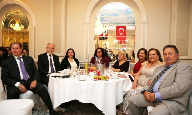 Cuma akşamı Londra'nın Tottenham bölgesindeki Regercy Banqueting Suite'de gerçekleşen konsere, Kuzey Kıbrıs Türk Cumhuriyeti Londra Temsilcisi, Büyükelçi Oya Tuncalı, Kraliyet Nişanı sahibi Dr. Teoman Sırrı, iş va sanat dünyası  ile sivil toplum kuruluş temsilcileri ile seçkin bir sanat sever katıldı.