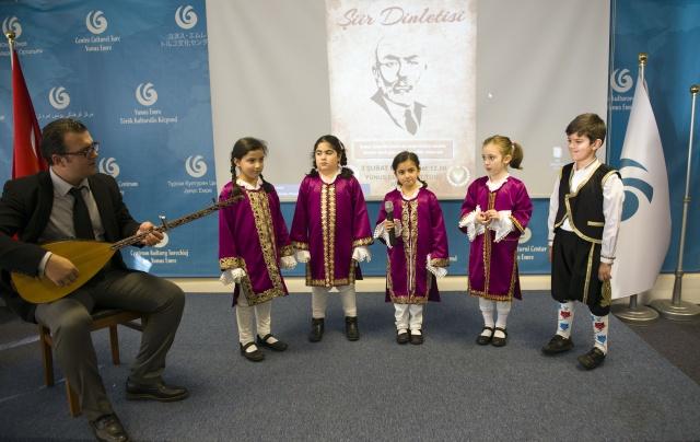 Londra'da  Mehmet Akif Ersoy adına şiir etkinliği düzenlendi  Türkiye'nin Londra Büyükelçiliği Eğitim Müşavirliği ile Kuzey Kıbrıs Türk Cumhuriyeti Eğitim Ataşeliği tarafından geleneksel olarak düzenlenen şiir dinletisinin dördüncüsü Yunus Emre Enstitüsü'nde (Londra YEE) gerçekleştirildi.   HABER VE FOTOĞRAFLAR: HALİL YETKİNLİOĞLU