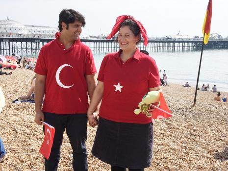 30 Ağustos Zafer Bayramı Brighton'da kutlandı İngiltere'nin sahil kenti Brighton'da 30 Ağustos Zafer Bayramı, İngiltere Atatürkçü Düşünce Derneği'nin (İngiltere ADD) önderliğinde ve Hoş Seda Kültür Sanat Merkezi'nin katkılarıyla büyük bir çoşkuyla kutlandı.  HABER VE FOTOĞRAFLAR: HALİL YETKİNLİOĞLU