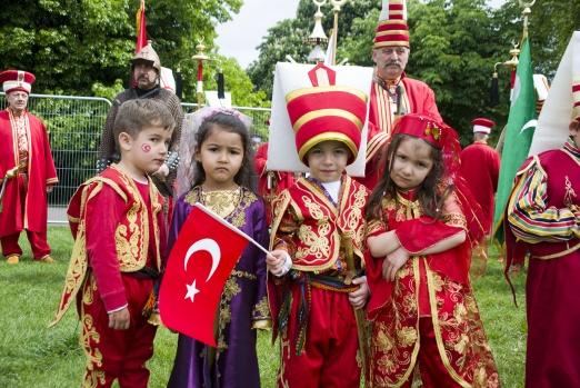 """""""Anadolu Kültür Festivali""""nde mehter takımı, Hacivat-Karagöz oyunları, yağlı güreş müsabakaları ve geleneksel Türk yemekleriyle Anadolu kültürü tanıtılıyor. FOTOĞRAFLAR: HALİL YETKİNLİOĞLU"""