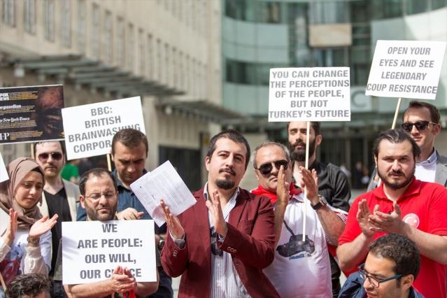 İngiliz medyasının Fetullahçı Terör Örgütü'nün (FETÖ) 15 Temmuz'daki kanlı darbe girişimine yönelik taraflı yayınları, başkent Londra'da protesto edildi. İngiltere'de okuyan Türk öğrencileri çatısı altında toplayan Türk Öğrenci Birliği (TUSU), The Guardian, BBC, The Economist ve Independent gazetesinin önünde protesto gösterisi düzenledikten sonra Türkiye'nin Londra'daki Büyükelçiliği önüne gelerek Demokrasi ve Şehitler Mitingi'ne destek verdi.  FOTOĞRAFLAR: AA MEHMET ER