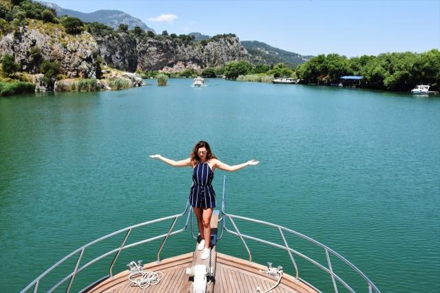 Alisha Cowie,Türkiye'deki ilk gününde Dalyan Kanalı, Kaya Mezarları ve Sultaniye Kaplıcalarını gezerek buraların tanıtımını yaptı.