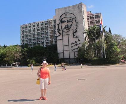 KÜBA: SICACIK , RENGARENK, YEMYEŞİL , MUTLU GÖRÜNEN İLGİNÇ BİR ÜLKE Yıllardır gitmek isteyip de sonunda şeytanın bacağını kırıp, gittiğim Küba'yı, kısa da olsa anlatmaya çalışacağım.. Özellikle turizmde altın çağını yaşayan, Türkiye'den, Kanada'ya, Amerika'dan tüm Latin Amerika ülke turistlerinin akın akın gittiği Karayip Adalarının en büyüğünü görmekte belki de geç kaldım.. Havana'dan, Trinidad'a, oradan Varadero'ya yolculuğumuzu renkli görüntülerle burada okuyacaksınız  YAZI VE FOTOĞRAFLAR:MİHRİŞAH SAFA