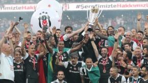 Beşiktaş Taraftarı ve Futbolcuları Şampiyonluğu Kutluyor