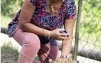 Eşi fotoğraf çekerken çitalar saldırdı!