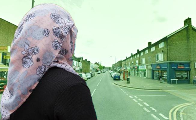 Müslüman kadını yerde sürükleyen iki kişi aranıyor!