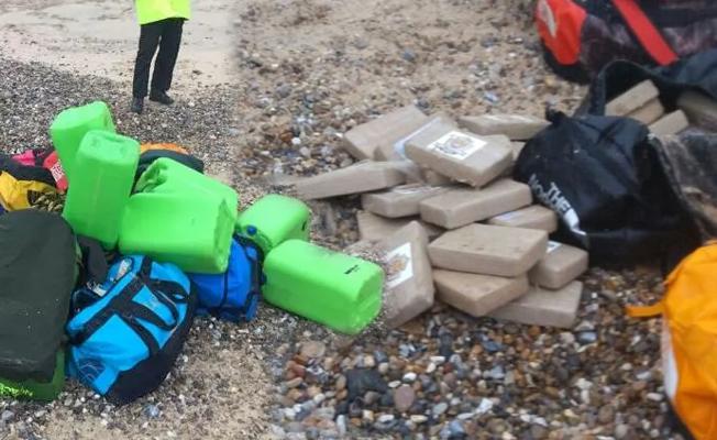 Kokain çantaları sahile vurdu