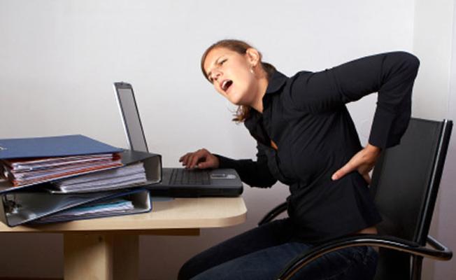 Yanlış oturma şekli omurga sağlığını tehdit ediyor