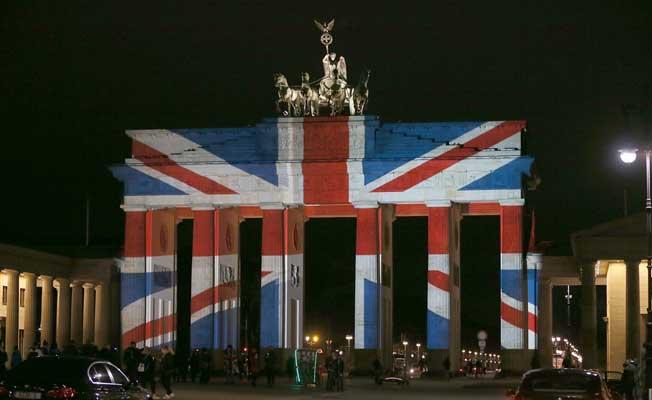Brandenburg Kapısı İngiltere bayrağının renklerine büründü