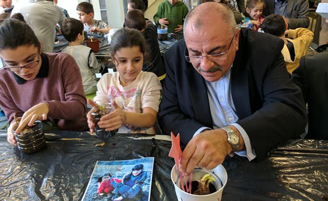 Türkeş Londra'da çocuklarla çiçek ekti!