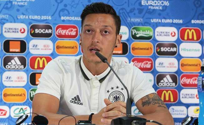 Mesut Özil'den Alman Milli Marşını Okuması İstendi!