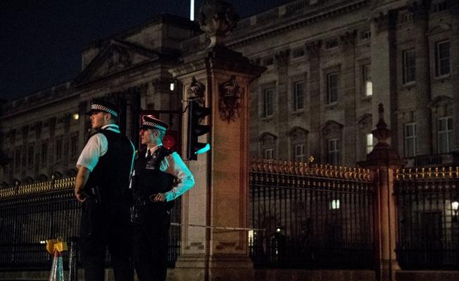 Buckingham Sarayı önündeki polise saldırı