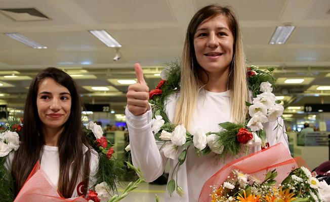 Dünya Şampiyonu çiçeklerle karşılandı
