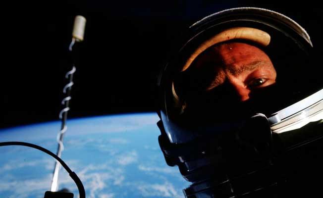 Uzayda çekilen ilk selfie açık artırmada