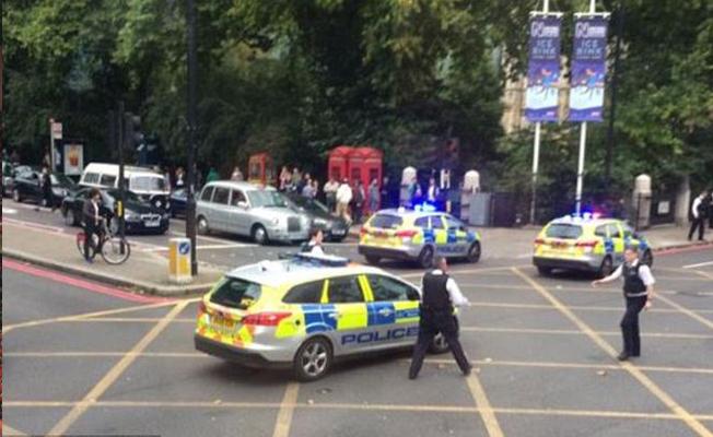 Londra'da araç kalabalığın arasına daldı! Yaralılar var