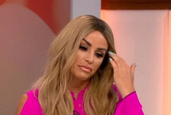 Şarkıcı Katie Price selülitleri aldırdığı anın videosunu paylaştı