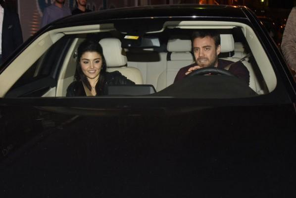 Murat ile Hande ilk kez ele ele poz verdi