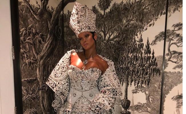 Rihanna'dan dini temalı gala kıyafeti