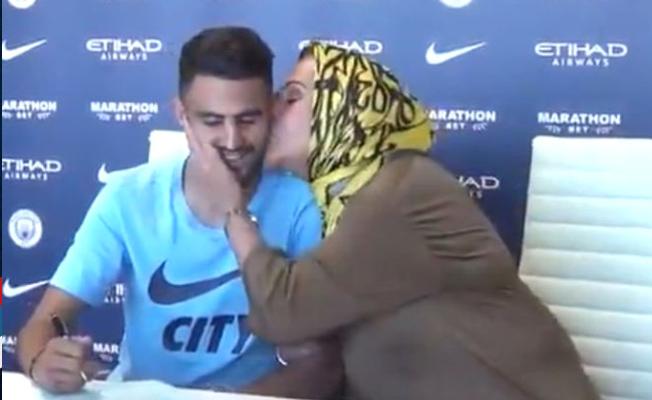 Riyad Mahrez imza törenine annesiyle birlikte çıktı