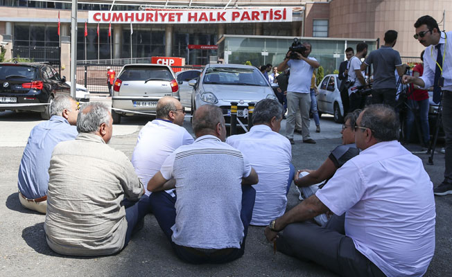 Delegeler CHP Genel Merkezi Önünde Oturma Eylemi Başlattı