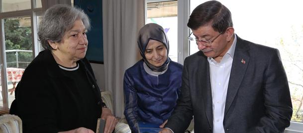 Başbakan Davutoğlu, Yaşar Kemalin eşini ziyaret etti