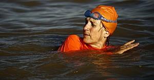Büyükelçi Nil Nehri'ni yüzerek geçti