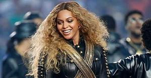 Beyonce bir şovda siyah...