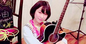 Ünlü şarkıcı hayranı tarafından bıçaklandı