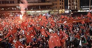 """Sanatçılar Taksim'deki """"demokrasi nöbeti""""nde"""