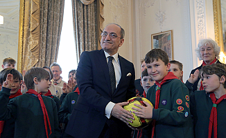 İngiliz 'Yavrukurt'lardan sığınmacı çocuklara futbol topu