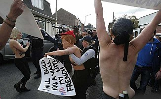 Fransa'da, 'faşizm karşıtı' çıplaklar sokakta
