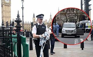 Londra'da başbakanlık önünde bıçaklı saldırgan paniği!